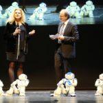 Nao-Roboter - und Professorin Sabina Jeschke im Gespräch mit Bernd Büttgens.